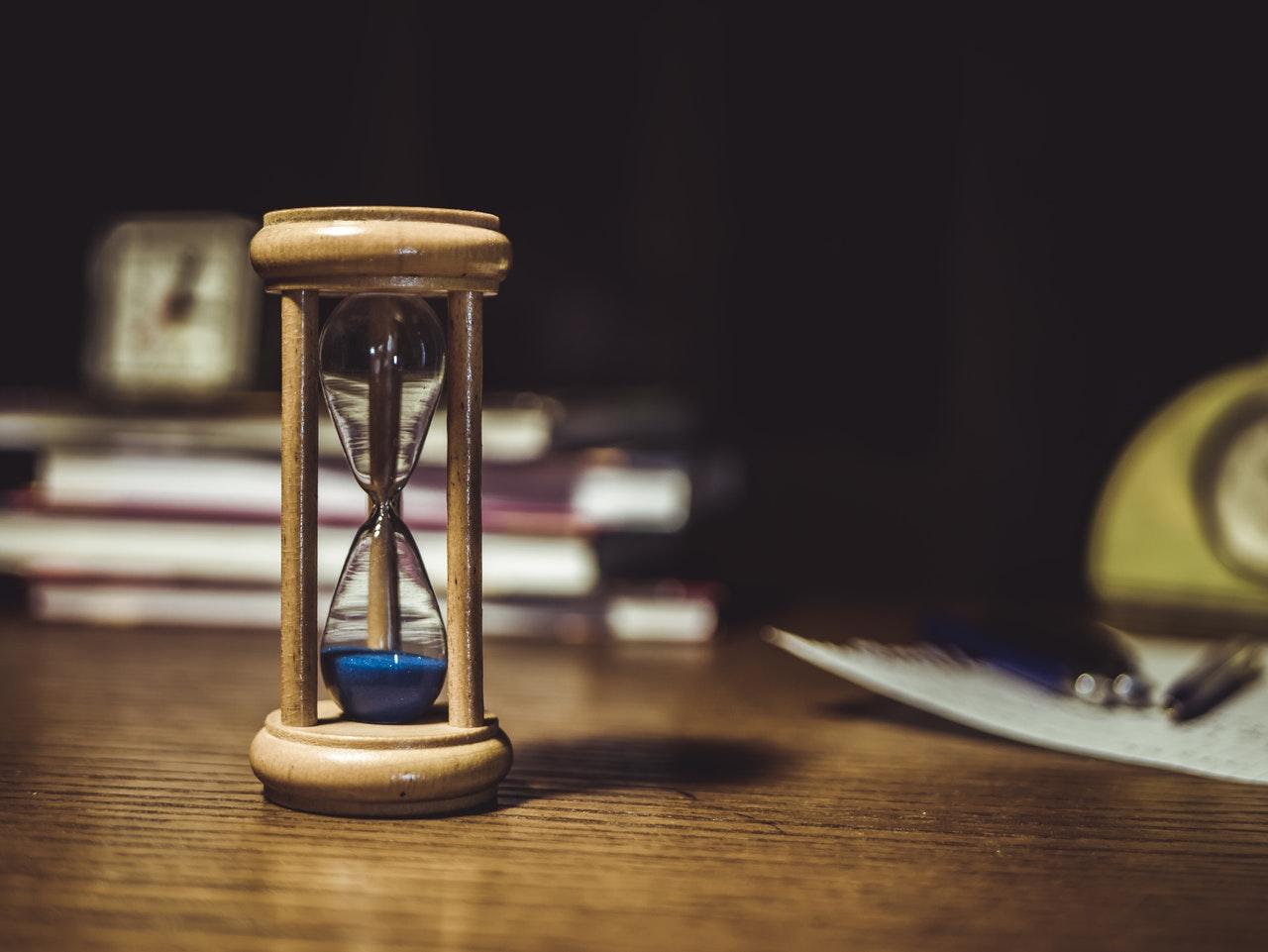 песочные часы на столе