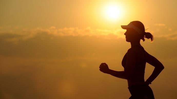 девушка бежит на фоне солнца