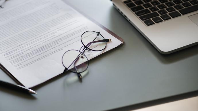 контракт, очки, ручка